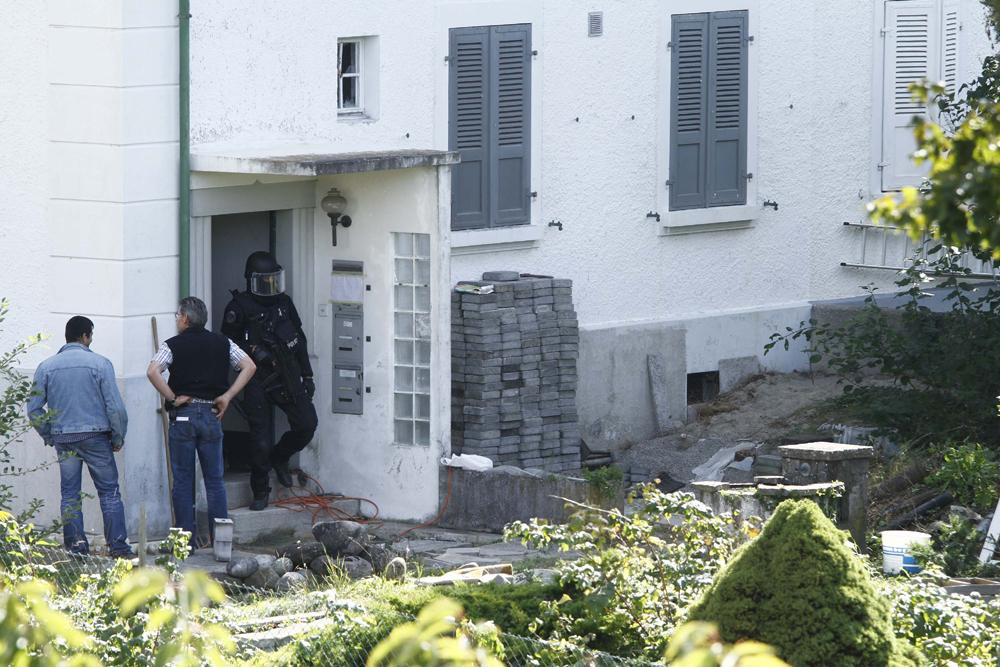 FOTO: PETER GERBER, 14.09.2010, Biel (BE): Spurensicherung. Noch immer wird der Hauseingang von Peter Hans KneubŸhls Amok-Haus von Elitepolizisten bewacht