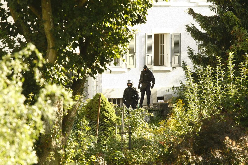 FOTO: PETER GERBER, 10.09.2010, Biel (BE):Diese Einheit stŸrmte ein Haus in der NŠhe vom TŠterhaus