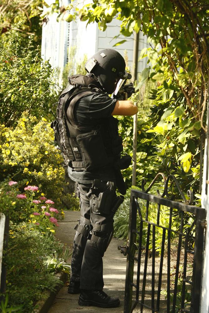 """FOTO: PETER GERBER, 10.09.2010, Biel (BE): Dieser Polizist rief zwei Mal in das Haus """"kommen sie jetzt raus"""". Der Polizist steht in einem Garten ganz in der NŠhe vom TŠterhaus"""
