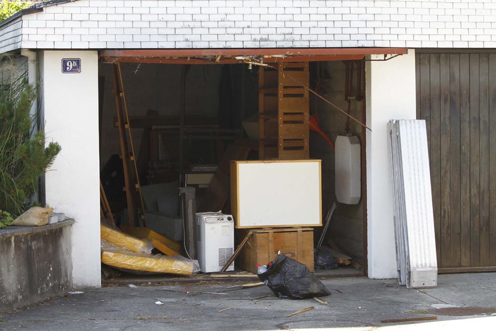 FOTO: PETER GERBER, 11.09.2010, Biel (BE):Die Polizei hat die Garage des Amok Seniors gešffnet