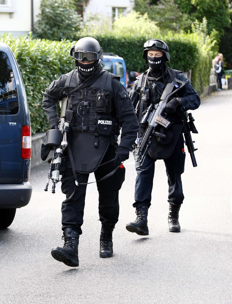 FOTO: PETER GERBER, 09.09.2010, Biel (BE): Seit gestern Morgen hŠlt sich in Biel ein bewaffneter Mann (67) verschanzt. In der Nacht schoss er auf Polizisten, dann floh er. Es sind die Spezial Einheiten der Polizei aus den Kantonen BE, ZH, BS und AG im Einsatz
