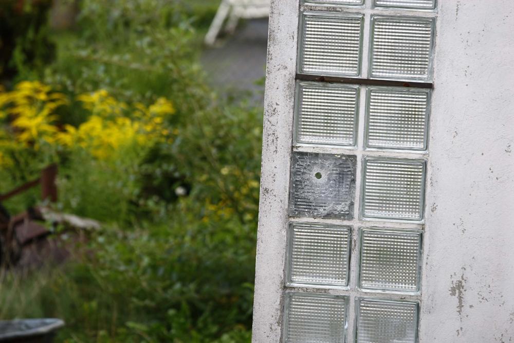 FOTO: PETER GERBER, 12.09.2010, Biel (BE): Blick in den Garten vom Amok Opa Peter Hans, zum ersten Mal kann man das Durchschussloch im Glasfenster bei der EingangstŸr sehen