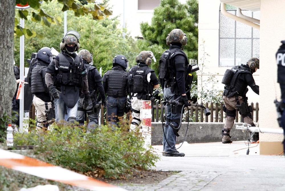 FOTO: PETER GERBER, 09.09.2010, Biel (BE): In der Quartierstrasse in der NŠhe seines Hauses. Seit gestern Morgen hŠlt sich in Biel ein bewaffneter Mann (67) verschanzt. In der Nacht schoss er auf Polizisten, dann floh er. Es sind die Spezial Einheiten der Polizei aus den Kantonen BE, ZH, BS und AG im Einsatz