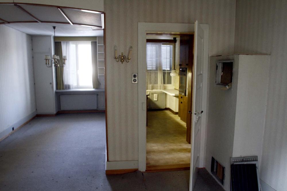 FOTO: PETER GERBER, 26.12.2010, BIEL BE: WOHNZIMMER UND KUECHE UND VERSTECKTER TRESOR IM KACHELOFEN, LINKS, HIER WOHNTE KNEUBUEHL IN DER WOHNUNG IM ERSTER STOCK. DAS HAUS VON PETER KNEUBUEHL. EIN EXKLUSIVER BLICK IN DIE WOHNUNGEN IM HAUS VOM BIELER AMOK RENTNER PETER KNEUBUEHL. ALBERT GALUS (54) UND SEINE PARTNERIN ROMY BUNDELI (51) HABEN DAS HAUS FUER 405 000.-- FRANKEN ERSTEIGERT