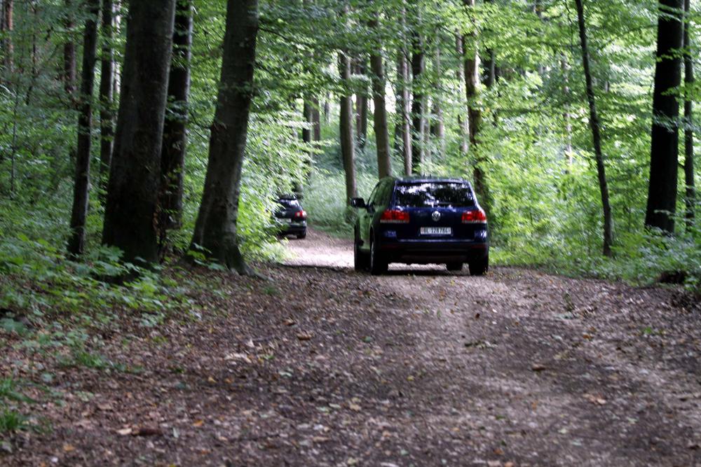 FOTO: PETER GERBER, 09.09.2010, Biel (BE):m Wald. Seit gestern Morgen hŠlt sich in Biel ein bewaffneter Mann (67) verschanzt. In der Nacht schoss er auf Polizisten, dann floh er. Es sind die Spezial Einheiten der Polizei aus den Kantonen BE, ZH, BS und AG im Einsatz