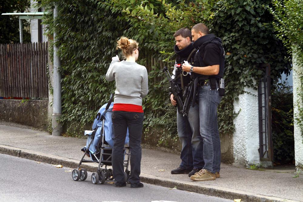 FOTO: PETER GERBER, 16.09.2010, Biel (BE):Das Linden Qaurtier ist wieder abgeriegelt. Polizei- und Baufahrzeuge fahren vor das Haus von Amok Peter Hans KneubŸhl