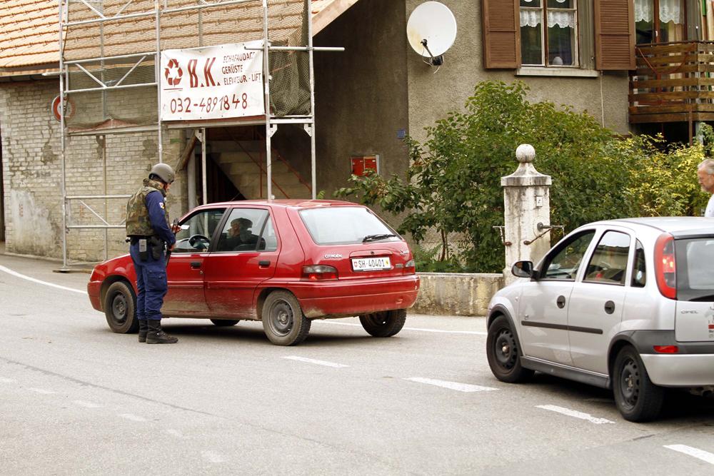 FOTO: PETER GERBER, 15.09.2010,  Vauffelin (BE):Die beiden Wege in das kleine Dšrfchen Pagne sind durch die Polizei gesperrt. Im Grossgebiet rund um Plagne und in Plagne lŠuft eine Grossaktion der Elitepolizei