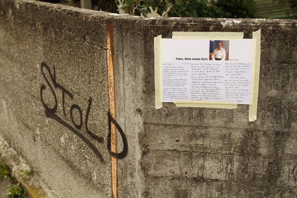 FOTO: PETER GERBER, 15.09.2010, Biel (BE):Im Linden Quartier hŠngt der Brief mit dem Aufruf vom Cousin von Peter Hans KneubŸhl. Amok Biel