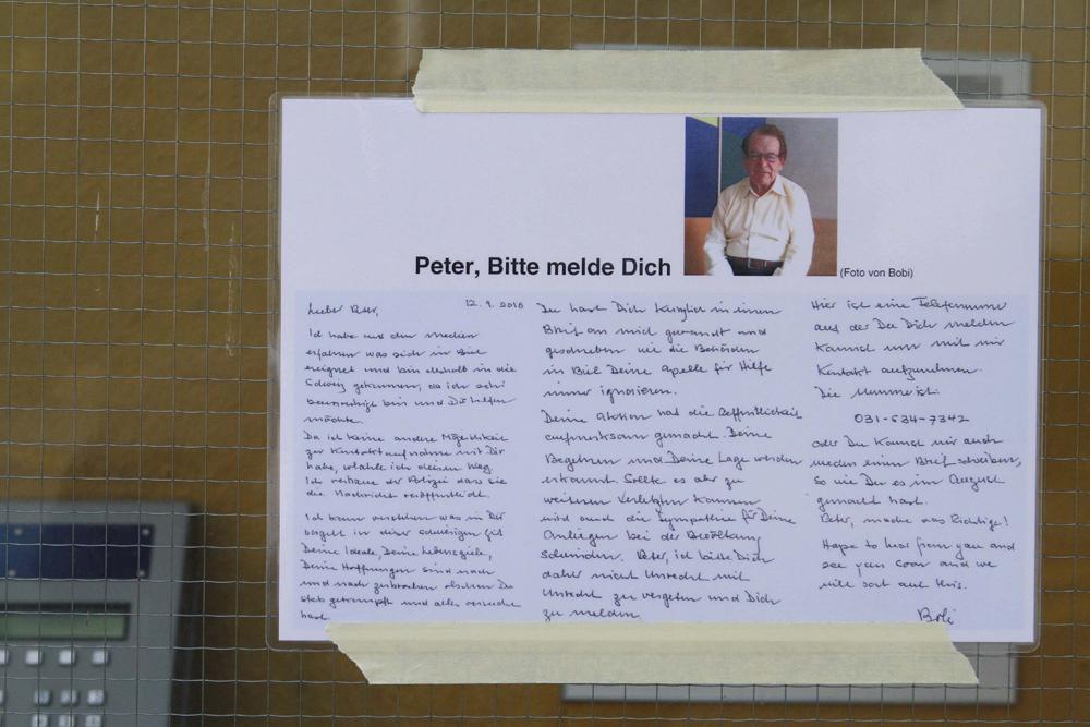 FOTO: PETER GERBER, 13.09.2010, Biel (BE): Bei der Bushaltestelle im Linden Quartier, Ÿber dem mšglichen Versteck des Amok Opas, hŠngt der aktuelle Flyer mit dem Aufruf. Amok in Biel