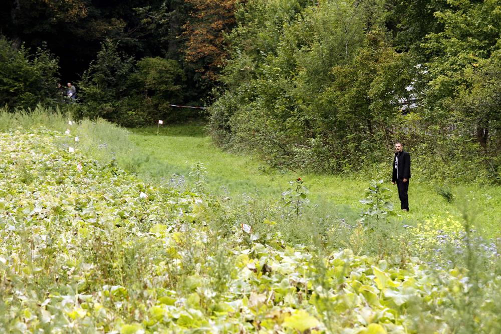 FOTO: PETER GERBER, 17.09.2010, Ried (BE):Dort wo der Polizist steht. Beim Altersheim Ober Ried wurde heute Freitag Morgen der Amok Opa Peter Hans KneubŸhl verhaftet