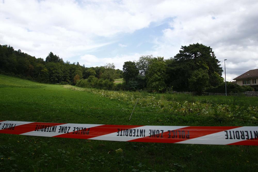 FOTO: PETER GERBER, 17.09.2010, Ried (BE): Auf einem Feld beim Altersheim Ober Ried wurde heute Freitag Morgen der Amok Opa Peter Hans KneubŸhl verhaftet